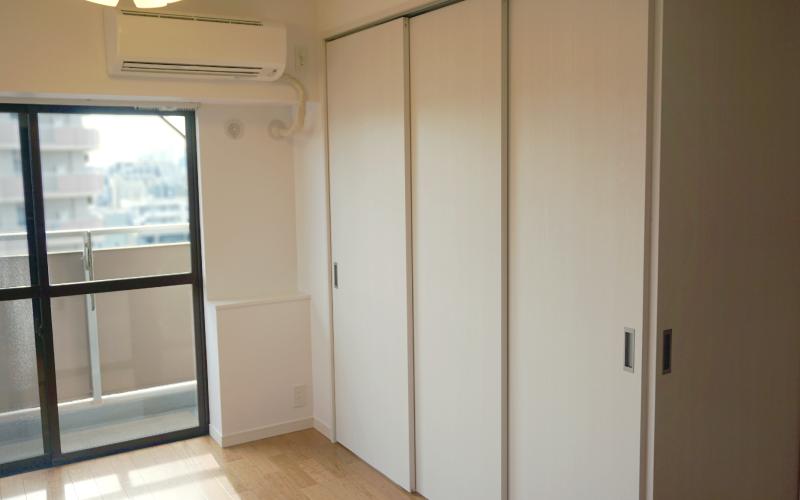 さっと動かせる可動間仕切り。部屋を区切ることで空調効率も高くなる。