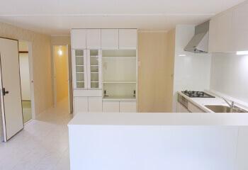 白いドアと造作家具が叶えるホテルライクな暮らし