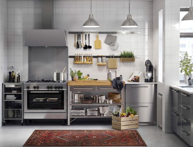 メタリックで統一したモダンなIKEAキッチン