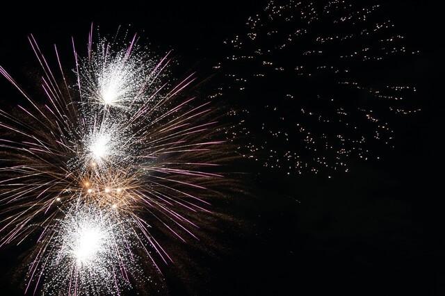 極彩色の打ち上げ花火の光(武蔵村山市観光納涼花火大会)
