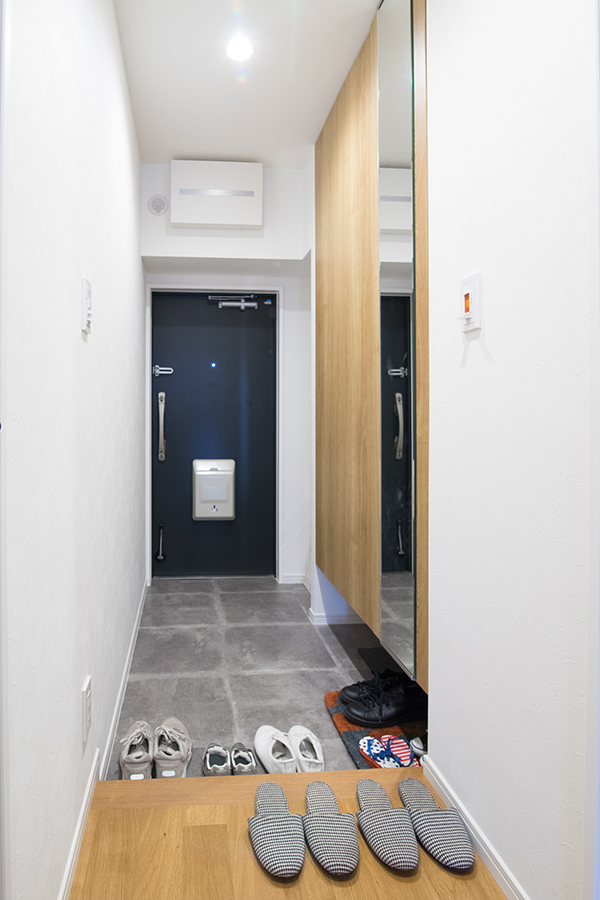 大容量のシューズケースを備え、ベビーカーも楽々置ける玄関