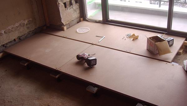 まずは床の基礎となる部分を組みます。