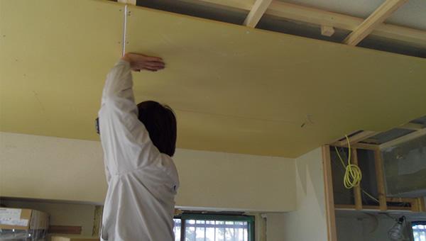 次に天井を施工。だいぶ部屋らしくなってきます。