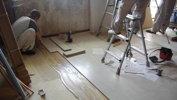 さらに床の表面を貼っていきます。